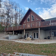 Rockmill log Cabin Sleeps 12 With Inground Pool and hot tub