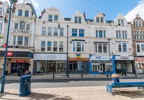 3 Bed Flat in Pedestrianized High Street