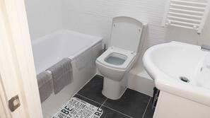 Duschwanne, kostenlose Toilettenartikel, Haartrockner, Handtücher