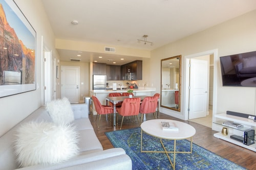 Designer 2BR Urban Flat Foster City + Wifi + Pool