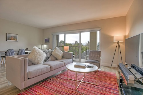 Huge & Bright Urban Flat Near Stanford w/ Pool!