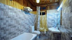 Combined shower/bathtub, free toiletries, soap, shampoo