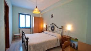 書桌、嬰兒床 (收費)、免費 Wi-Fi、床單