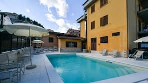 季節性室外泳池;10:00 至 19:30 開放;泳池傘、躺椅
