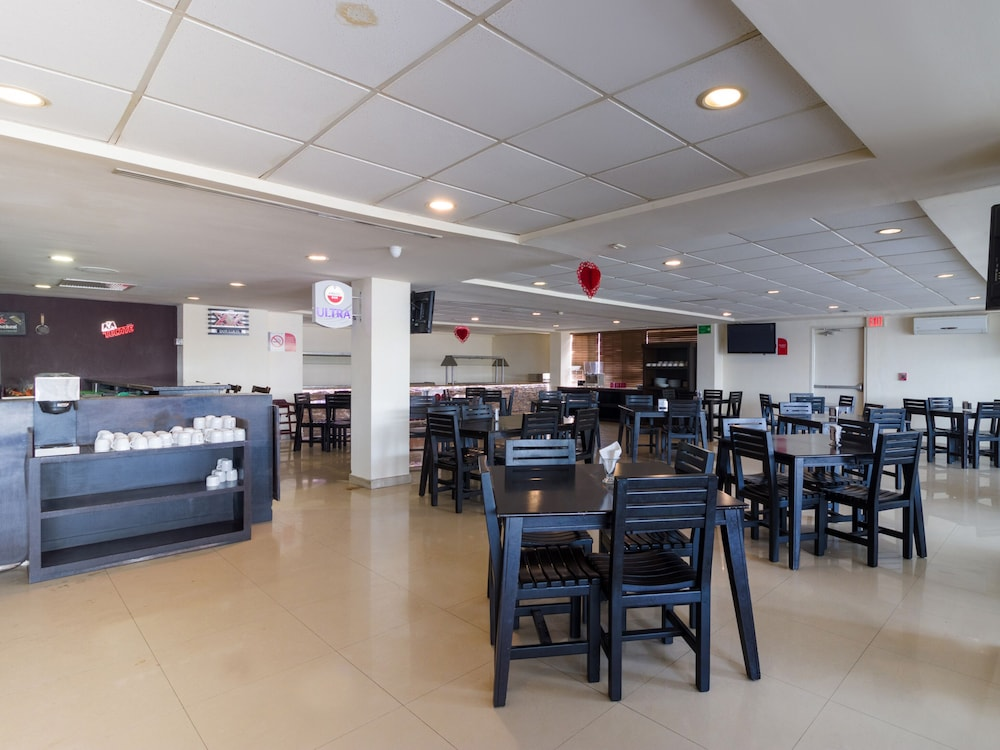Restaurant, Capital O Hotel Herederos