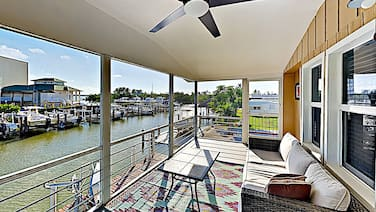 Canal-side W/ Private Dock, Boats & Bikes 2 Bedroom Duplex
