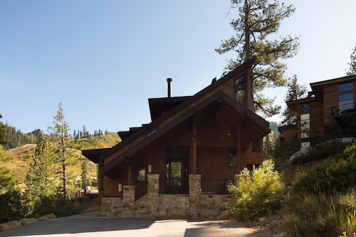 Bronson by AvantStay | Sleeps 17! On the Slopes! Squaw Valley w/Hot Tub&Fire Pit