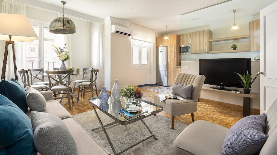 Spacious 2 BD Apartment on Tomas Heredia Street