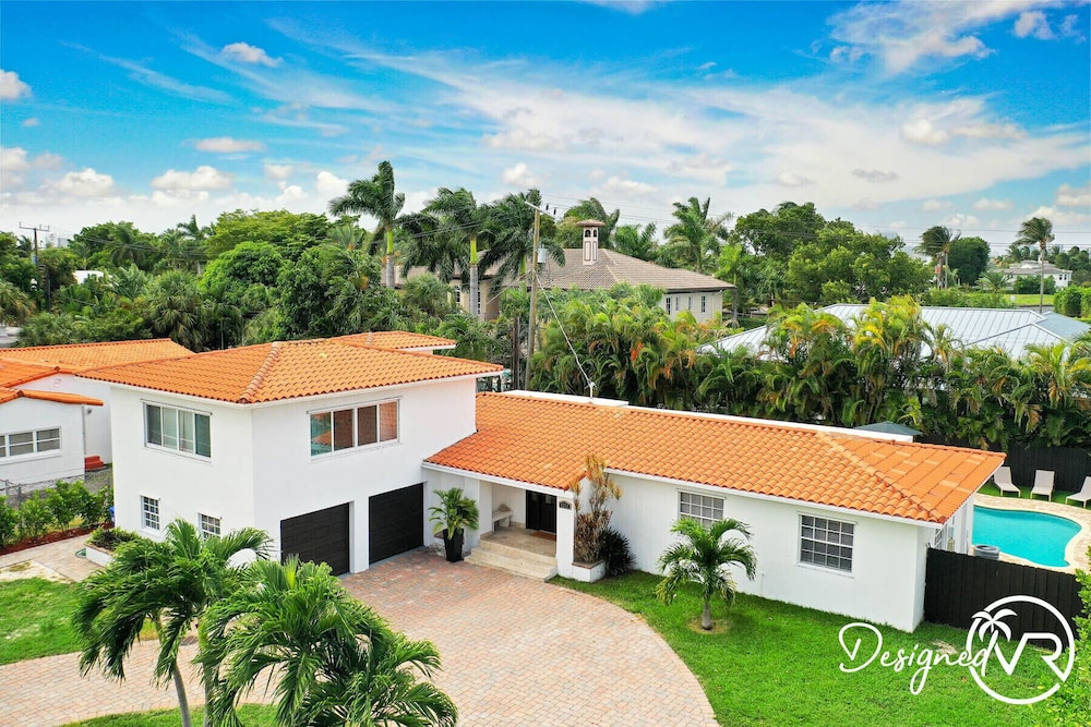 , Modern 6BR Estate/with Heated Pool-5 min Walk to the Beach