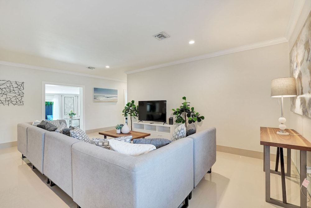 Living Room, Modern 6BR Estate/with Heated Pool-5 min Walk to the Beach