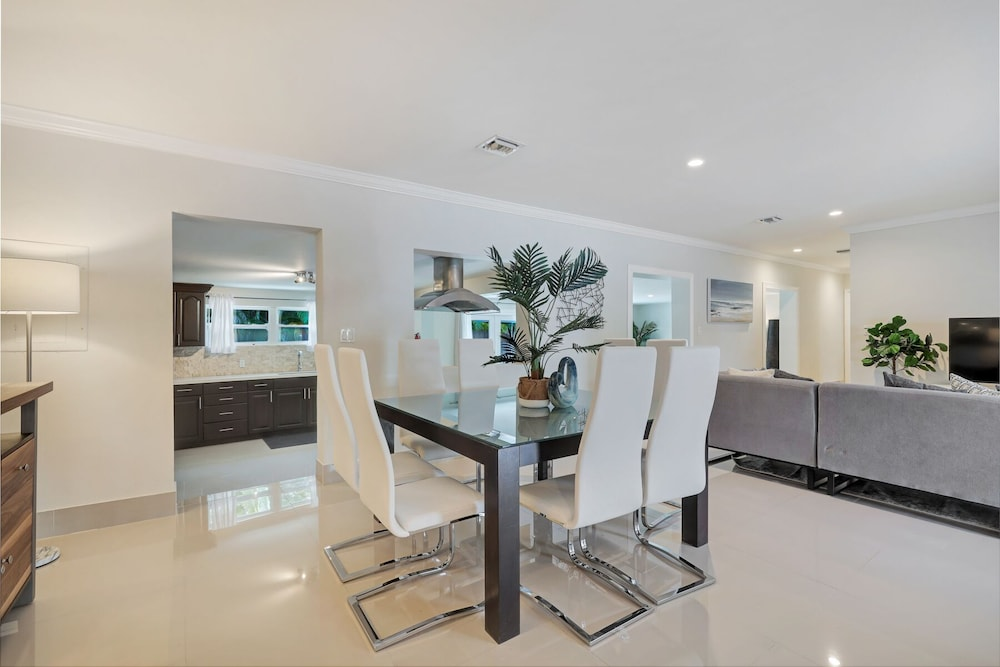 Private Kitchen, Modern 6BR Estate/with Heated Pool-5 min Walk to the Beach