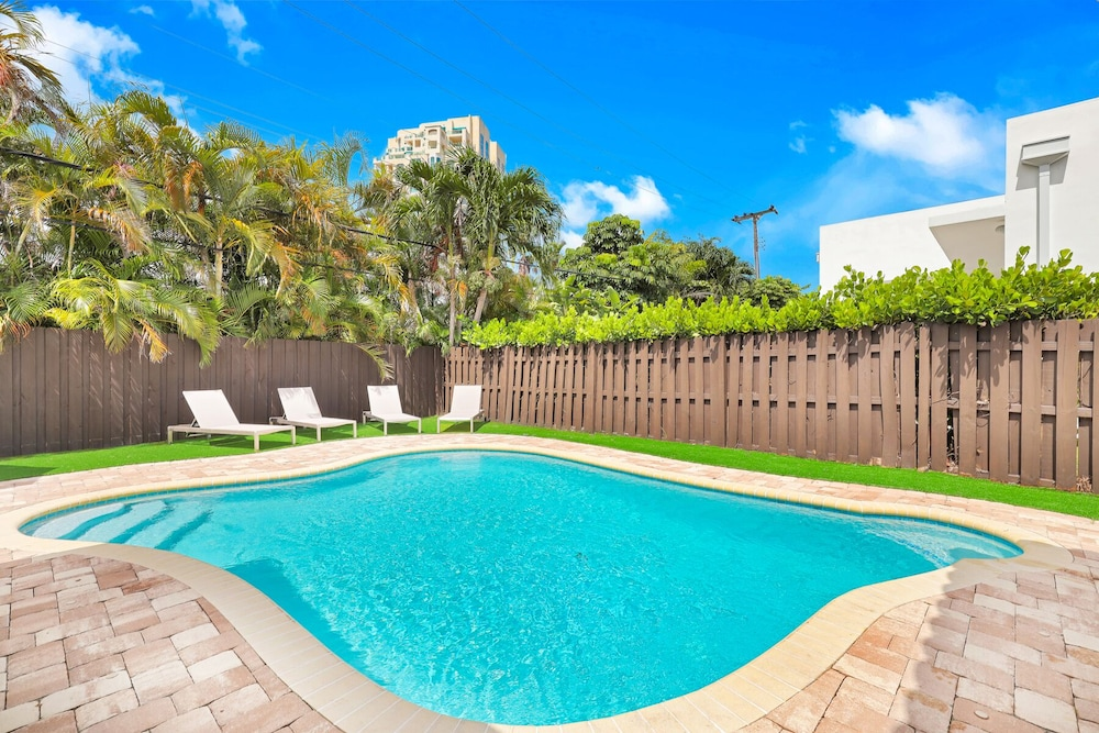 Pool, Modern 6BR Estate/with Heated Pool-5 min Walk to the Beach