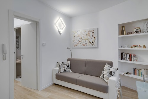 Unmissable and modern two-room apartment, Porta Venezia, M1