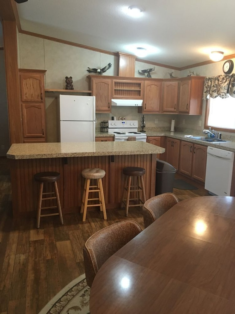 Private Kitchen, Beautiful northwoods getaway on private lake close to snowmobile trails and town
