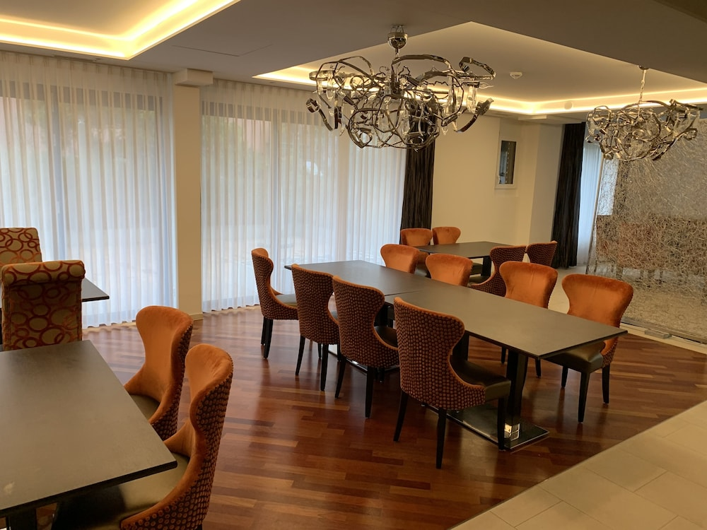Restaurant, Modern and noble accommodation for solo travelers, families and business people!