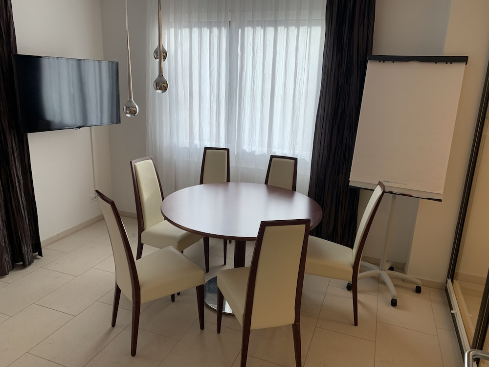 Private Kitchen, Modern and noble accommodation for solo travelers, families and business people!