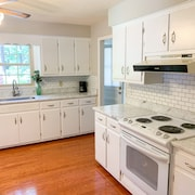 Home Sleeps 10 Central to Duke and Unc, RDU Airport and Downtown Durham