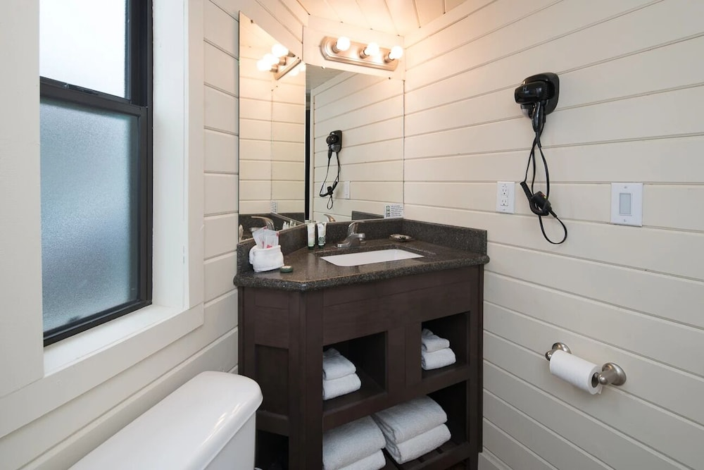 Bathroom, Deluxe Cabin Sleeps 8 at Resort