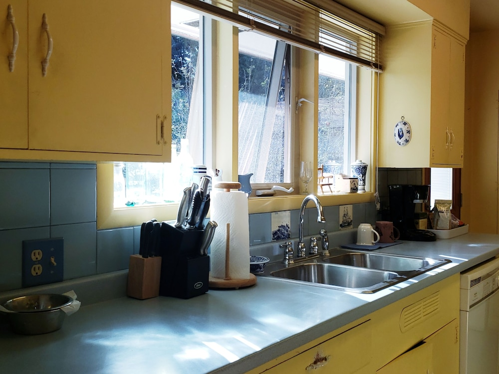Private Kitchen, Crows Nest House in Coos Bay!