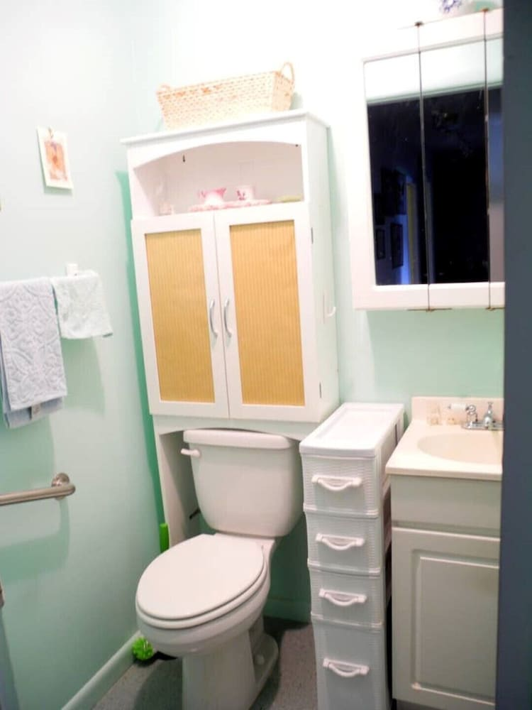 Bathroom, Crows Nest House in Coos Bay!