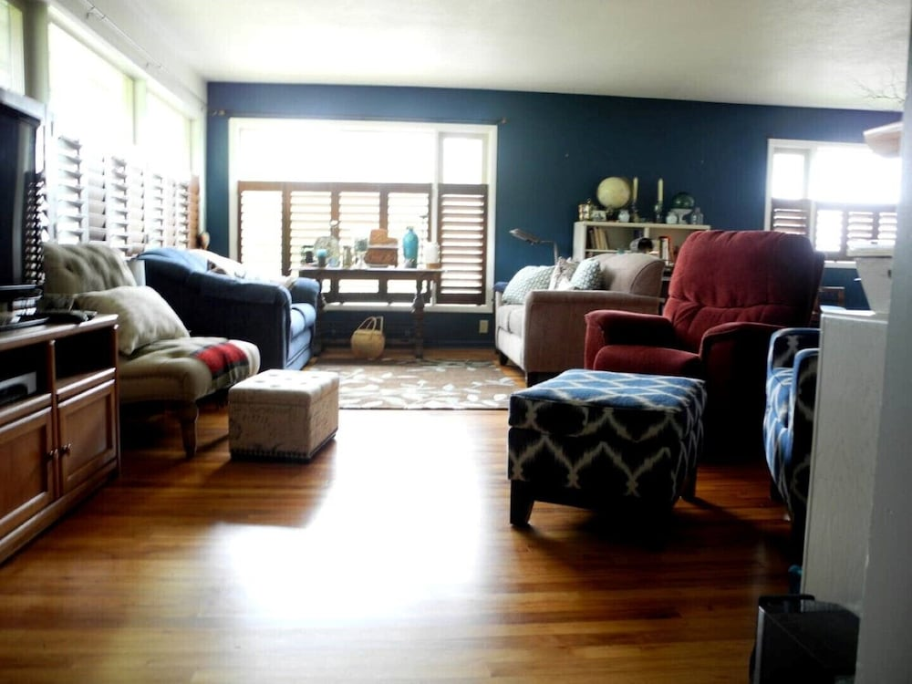 Living Room, Crows Nest House in Coos Bay!