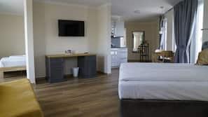 Zimmersafe, individuell dekoriert, Schreibtisch