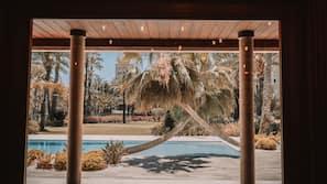 Una piscina al aire libre (de 10:00 a 22:00), tumbonas
