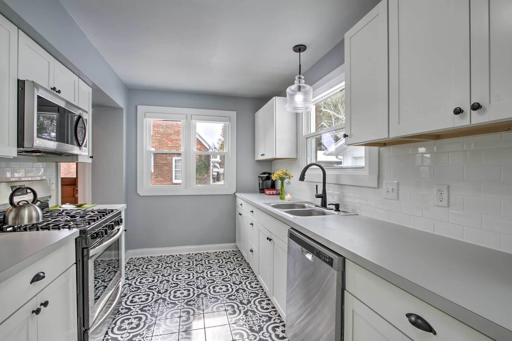 Private Kitchen, Renovated Historic Home < 1 Mile to Eagle Point!