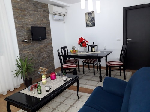 2BR Family-friendly Airport Accommodation W/ Free Private Parking & Patio