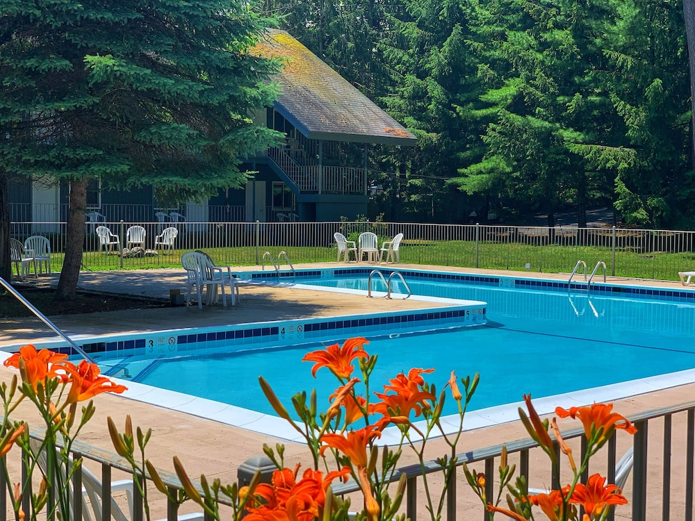 Outdoor Pool, The Stone Gate Resort
