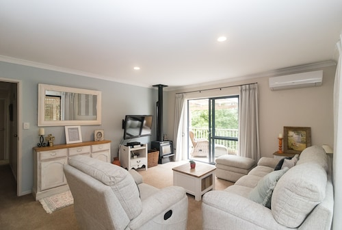 Cottage - 2 Minute Drive to Orewa Beach With It's 3km of Golden Sands