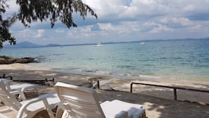 在海滩、白沙、沙滩椅、沙滩毛巾