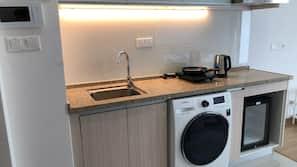 Tủ lạnh nhỏ, bếp nấu, ấm điện, dụng cụ nấu nướng/bát dĩa/dao nĩa