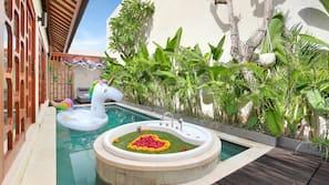 Kolam renang indoor, dengan kursi berjemur