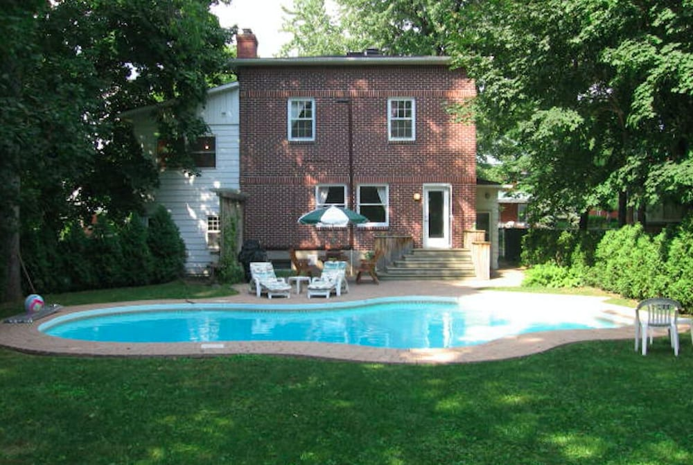 Pool, Longueuil: House of Character