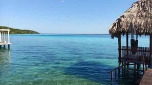 Tumbonas, toallas de playa y kayak