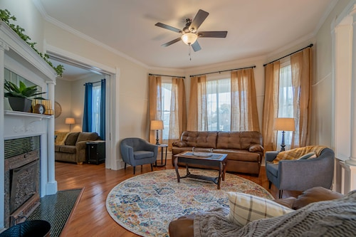 Newly Remodeled Historic House Just Steps From the Washington Square! Sleeps 10!