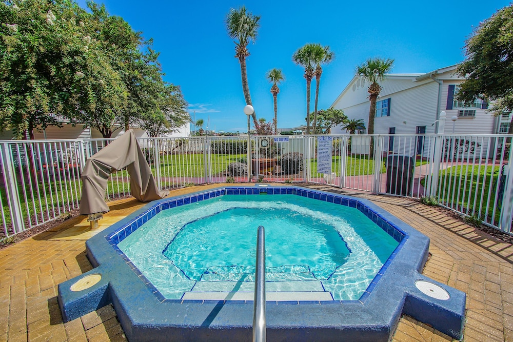 Pool, Waterfront! 1br / 2ba Monthly Rental!