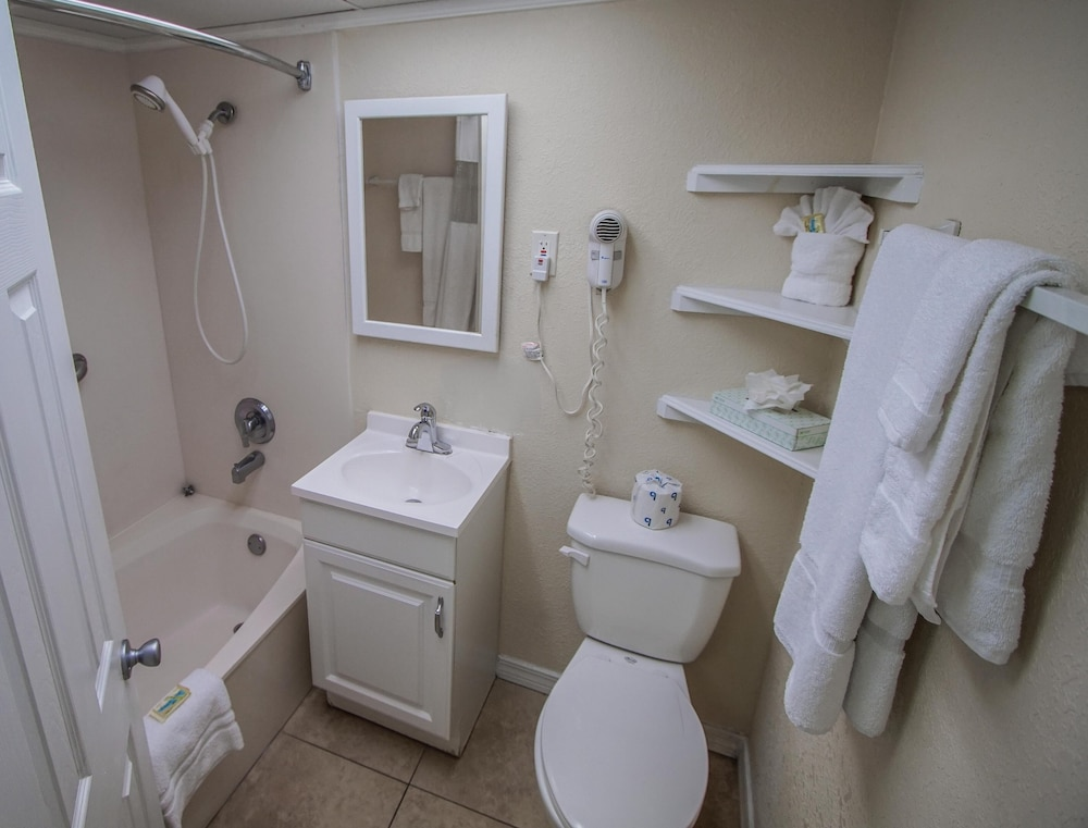 Bathroom, Waterfront! 1br / 2ba Monthly Rental!