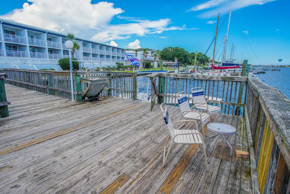 Balcony, Waterfront! 1br / 2ba Monthly Rental!