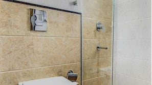 Shower, rainfall showerhead, free toiletries, towels