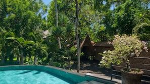 3 kolam renang outdoor, dengan kursi berjemur