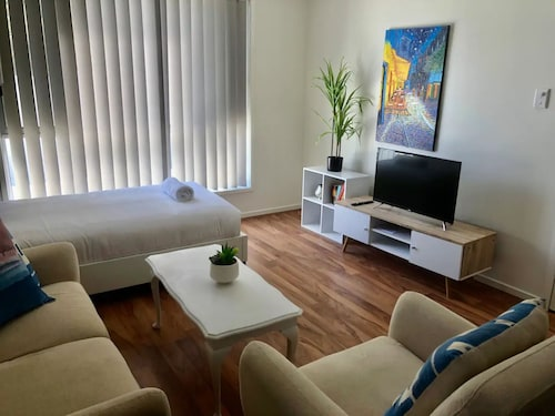 Modern Unit Near To Surfers Paradise