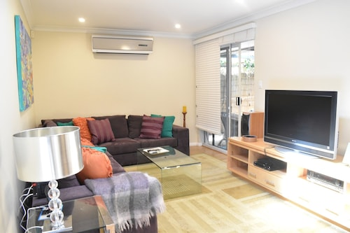 Modern 2 Bedroom Unit Close to CBD