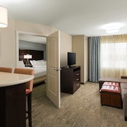 Suite Near the Central Park Rail Station Free Breakfast Buffet, Pool Access