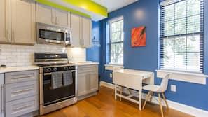 Fogão, cooktop, lava-louças, talheres/pratos/utensílios de cozinha