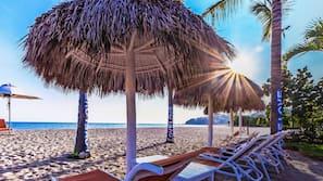 Servicio gratuito de transporte a la playa, tumbonas y sombrillas