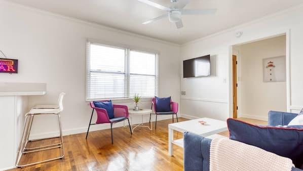 1 chambre, bureau, fer et planche à repasser, lit parapluie