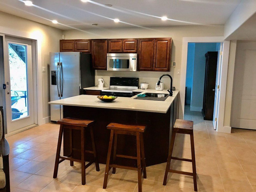 Private Kitchen, Lovely House Near the Lake and Close to Malls Good for Spending Time