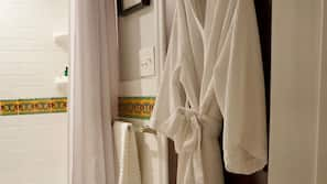 Combined shower/tub, hair dryer, towels